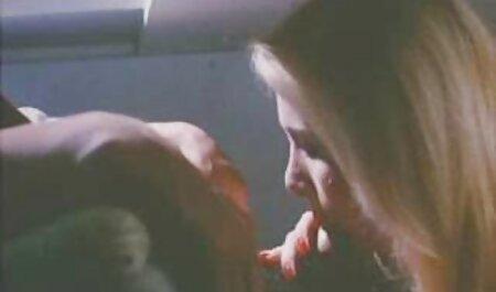 若い金髪のジャークオフよく、ハードコックを吸う 女性 アダルト イケメン