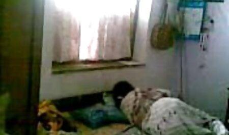 成熟したブルネットの猫は、ホテルの部屋のベッドの上でストロークするのが大好き 無料 イケメン エロ