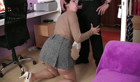 若いポルノモデルは、花の花束と感謝の妹、人を受け取ります えっち 動画 イケメン