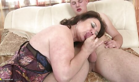 成熟した女性は裸を剥ぎ、コックを吸うに同意する エロ 動画 イケメン 激しい